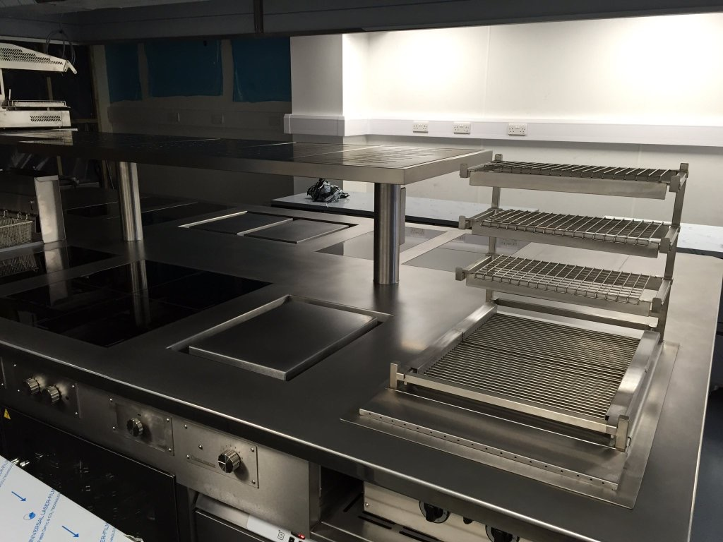 Induction cooking suite with robata charcoal grill