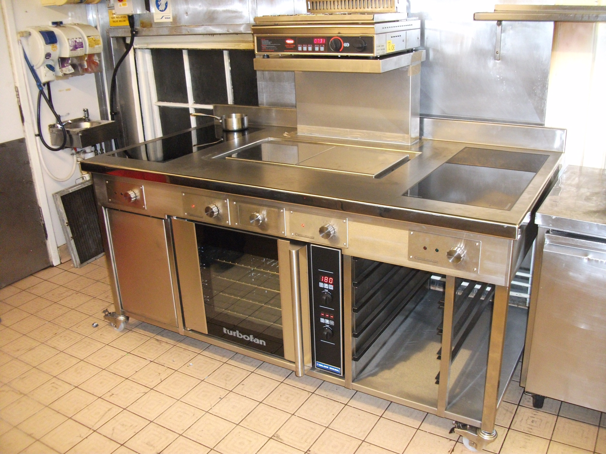 Induction cooking suite with Sliders double plancha and oven
