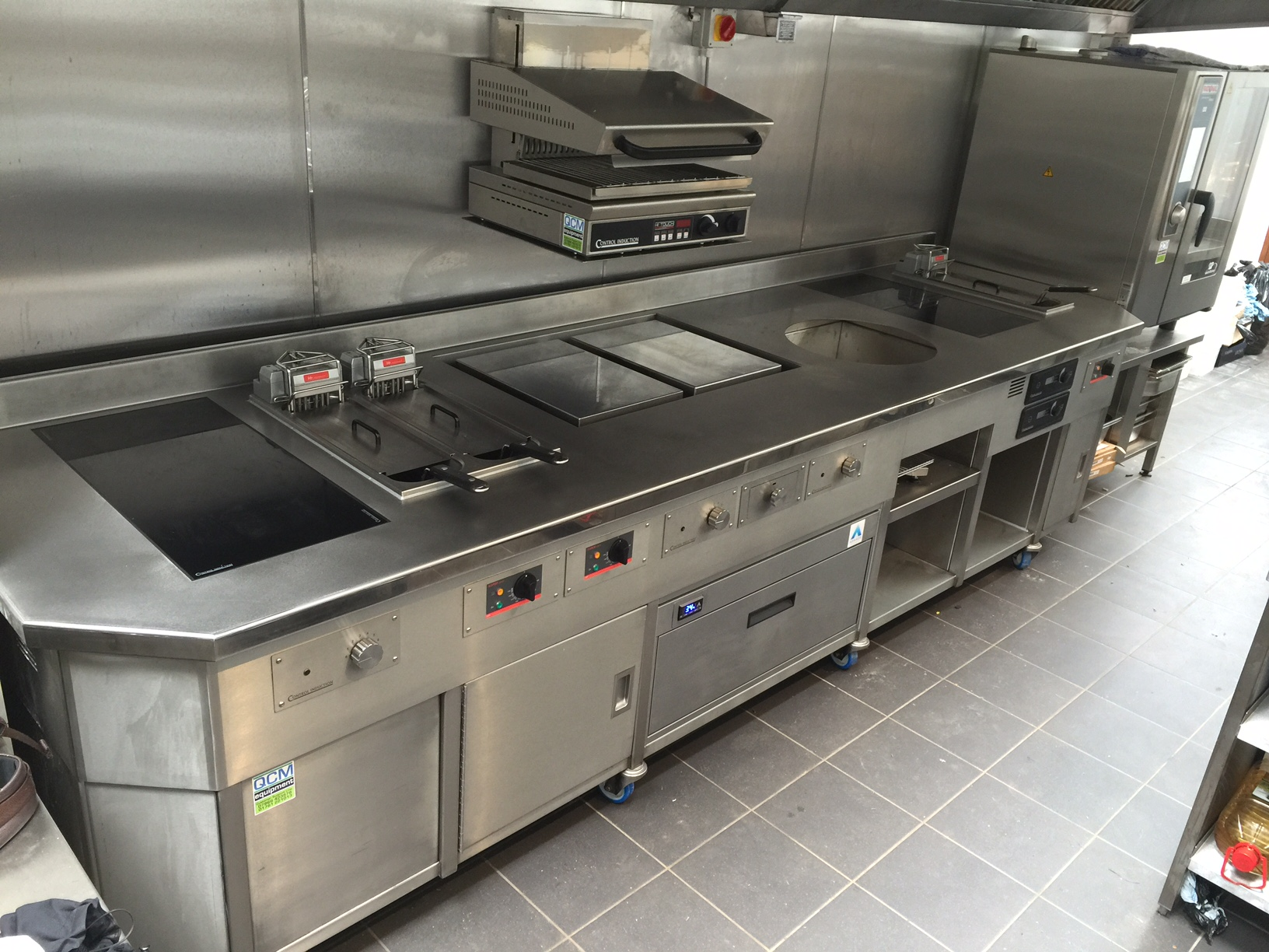 Induction wall suite with Adande Slider Chrome plancha